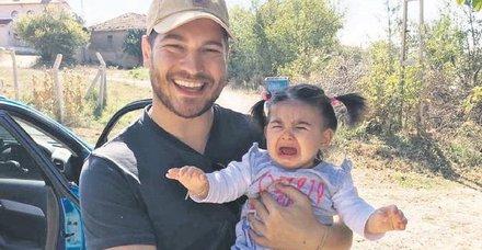 Çağatay Ulusoy, dizi setinde bir bebeği sevip babalık provası yaptı