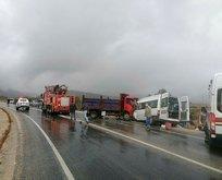 Servis minibüsü kamyonetle birbirine girdi! Korkunç kaza