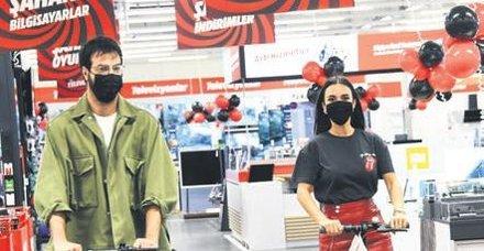 Hande Soral ve İsmail Demirci mağazayı süpürdü