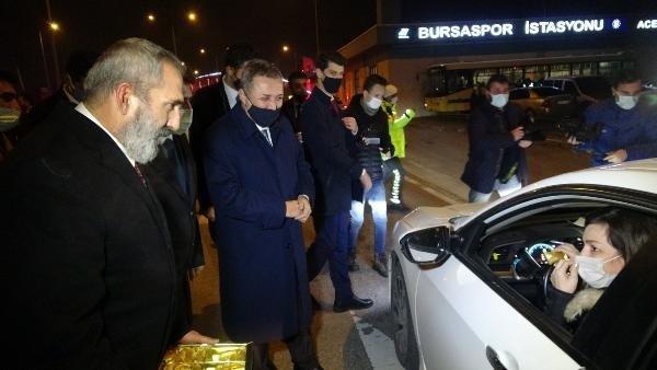 SON DAKİKA: Yavuz Bingöl sokağa çıkma kısıtlamasında denetim yapan  polislere çorba dağıttı videosunu izle | Takvim TV