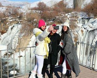 Muradiye Şelalesi dondu, fotoğraf için akın ettiler!