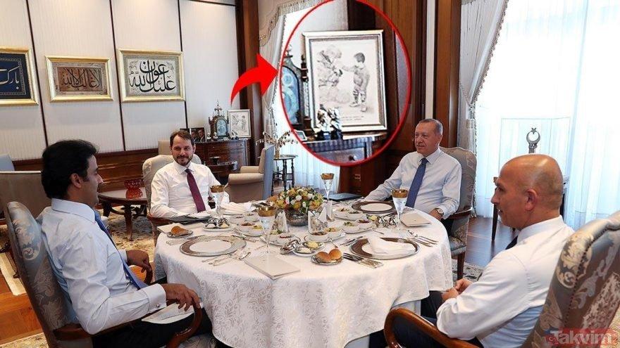 Binbaşının nefesiyle çocuğun elini ısıttığı fotoğraf Başkan Erdoğan'ın çalışma odasının baş köşesinde