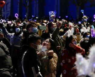 Koronavirüsün ortaya çıktığı Vuhan'da yılbaşı kutlaması! Görüntüler pes dedirtti