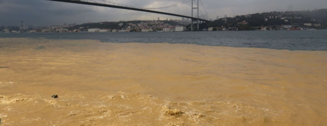 İstanbul'da şiddetli yağmur! Boğaz çamura bulandı, araçlar mahsur kaldı
