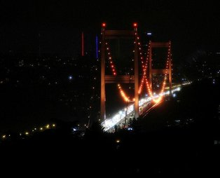 Fatih Sultan Mehmet (FSM) Köprüsü lösemi hastalığına dikkat çekmek amacıyla turuncu renge büründü