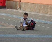 Okula yalnız giren Emir ağlayarak dışarı çıktı