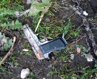Bursa'da 12 yaşındaki çocuk boş arsada bulduğu tabancayla oynarken 7 yaşındaki arkadaşını ayağından vurdu