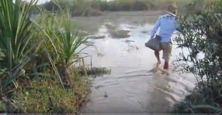 İlginç balık avlama yöntemi... Kilolarca yakalıyorlar