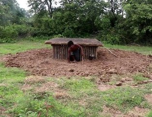 Doğadaki malzemeleri kullanarak yer altı evlerinin etrafına havuz inşa ettiler