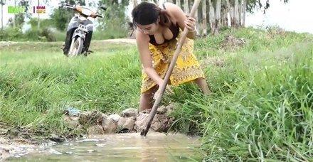Balık avlamanın böylesini ilk kez göreceksiniz! Genç kadından ağızları açık bırakan balık avlama taktiği