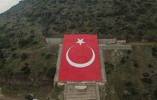 Terörist elebaşı Öcalan portresi yerine dev Türk bayrağı