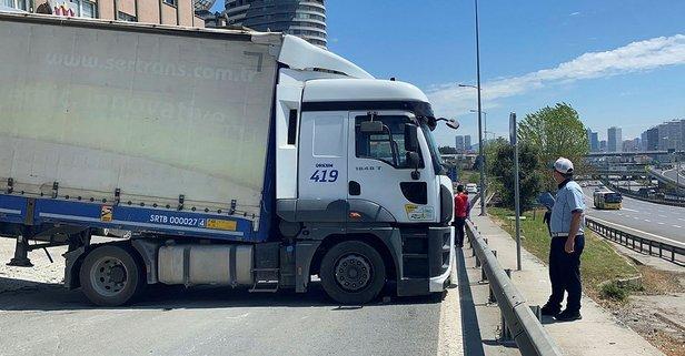 Feci kaza! TIR bariyere çarptı yol trafiğe kapandı!