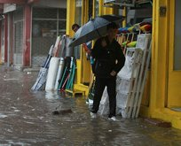 Kırklarelinde yağmur başladı, evleri su bastı