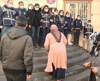 HDP'liler evlat nöbetindeki annelerin yüzüne tükürdü