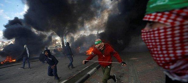 İşgalci İsrail askerleri ve Filistinliler çatışıyor