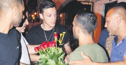 Çiçekçiler laubali tavrı Mesut Özil'in keyfini kaçırdı!