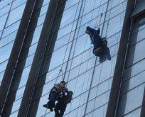 Korku dolu anlar! Asılı kalan 2 işçi böyle kurtarıldı