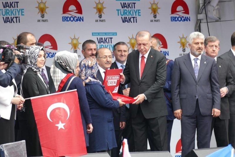Cumhurbaşkanı Erdoğan şehit Eren Bülbülün annesine hediye edilen evin anahtarını verdi
