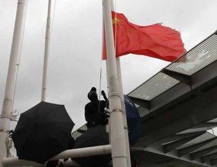 Çin'de gerilim tırmanıyor! Protestocular Çin bayrağını indirdi