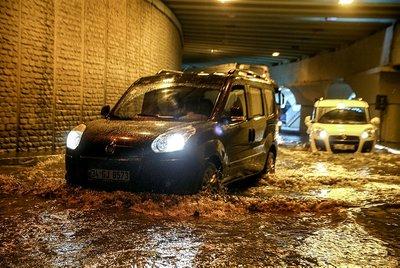 İstanbulda yağış hayatı felç etti