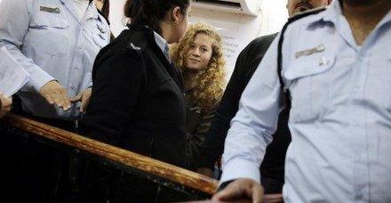 Filistinli cesur kız Ahed'in duruşması yine ertelendi