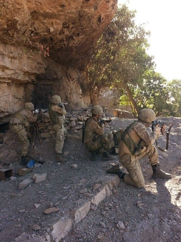 Hakkaride PKKnın dev cephaneliği bulundu!