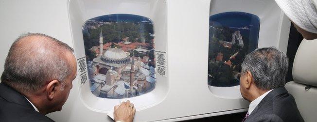 Başkan Erdoğan Malezya Başbakanı Muhammed'e İstanbul'u havadan tanıttı