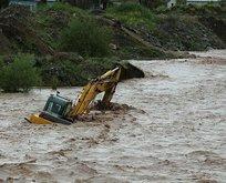 İş makinesi suların içinde kaldı