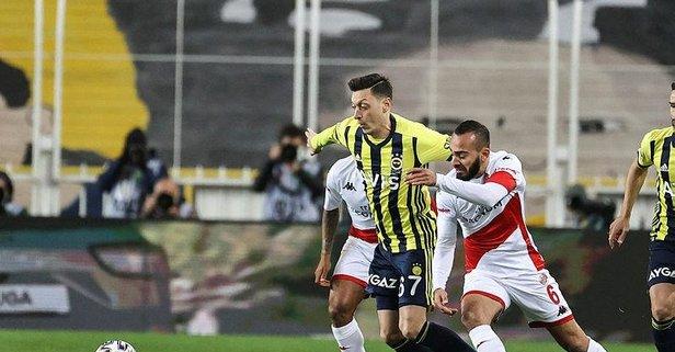 Fenerbahçe'de Mesut Özil şoku! Sedyeyle çıktı