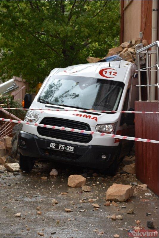 Adıyaman'da minare ambulansın üzerine devrildi