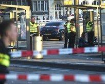 Hollandada terör alarmı! Araç yayaları ezdi