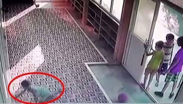 Cami kapısında bulunan 100 liranın sırrını bu video ortaya çıkardı (Video)