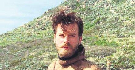 Ünlü oyuncu Kıvanç Tatlıtuğ okyanusta sörf yaptı!