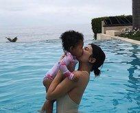 Kylie Jenner ile kızı Stormi'nin havuz keyfi!