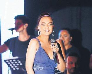 Ebru Gündeş'ten mesajlı konser