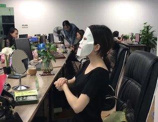 YouTube fenomeni ofisteki yiyeceklerle makyaj yaptı!