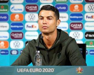 Ronaldo, Coca-Cola şişelerini önünden kaldırdı