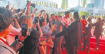 Kazak hayranları Burak Özçivit ile selfie çekebilmek için birbirleriyle yarıştı
