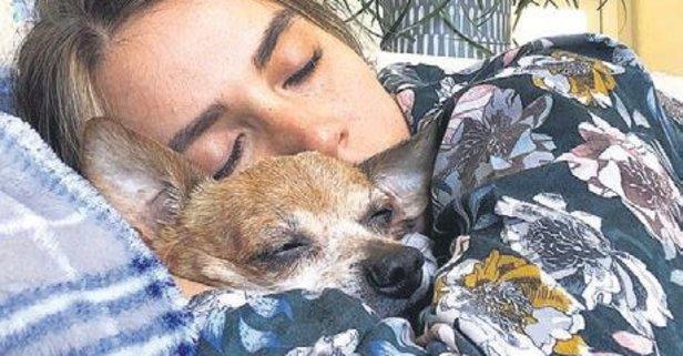 Minik kızıyla uykuda