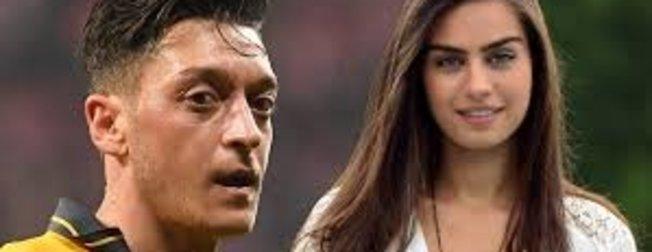 Arsenal'in yıldızı Mesut Özil'den sevgilisi Amine Gülşe'ye şok mesaj: Üçümüz de seni seviyoruz...