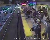 Görevli, tren gelirken raylara düşen adamı son saniyede kurtardı
