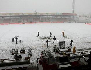 Boluspor-Galatasaray maçı öncesi saha beyaza büründü! Bolu'da yoğun kar yağışı