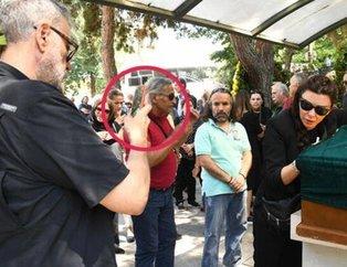 Hamdi Alkan'dan skandal hareket! Enis Fosforoğlu'nun cenazesinde fotoğraf çekme derdine düştü!