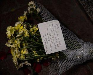 Kapısına çiçek bıraktı! Dikkat çeken not...
