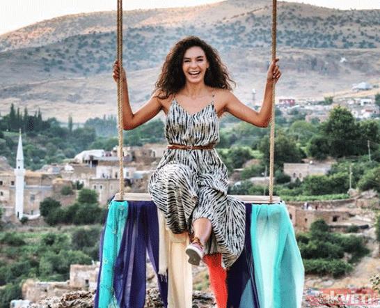 Hercai'nin güzellerinden çok konuşulan havuz başı pozu! Ebru Şahin ile Oya Unustası sosyal medyayı salladı!