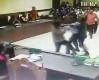 Avukat, hakimlere kemerle saldırdı! İşte o anlar