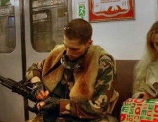 Metroya binen en garip insanlar