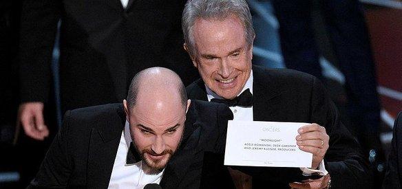 89. Oscar Ödülleri sahiplerini buldu. En iyi film ödülüne layık görülen filmin yanlış anonsunun damga vurduğu törende En İyi Yardımcı Erkek Oyuncu ödülü Moonlighttaki performansıyla Mahershala Ali'nin oldu. Ali, Oscar kazanan ilk Müslüman oldu