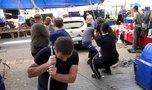 Pazar kurulan sokağa araç bırakıldı! Esnaf tekerleklerin altına tepsi koyarak halatla çekti