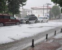 Kastamonu'ya 15 dakika süren dolu yağışı kenti beyaza bürüdü